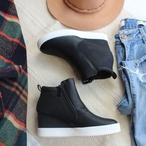 Shoes - 🆕//Fall Favorite Collection// Black wedge sneaker